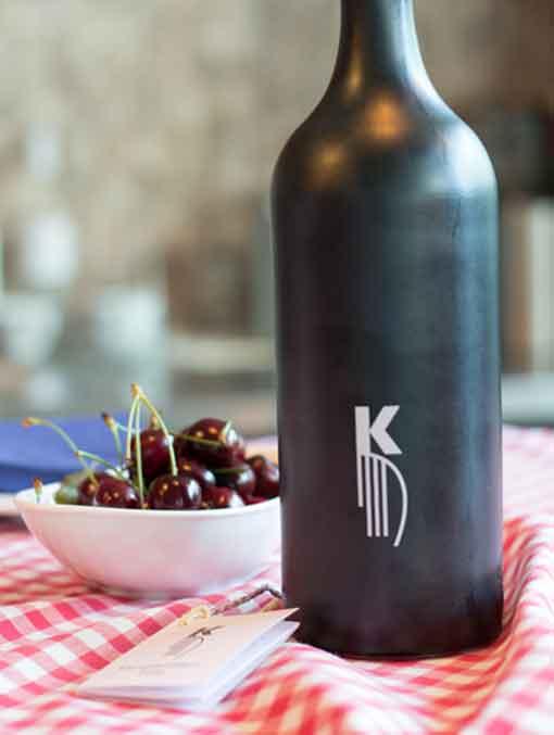 Der KlangsteinWein: die unverwechselbare Flasche und das Logo wurden vom Grafikdesigner Klaus Fleckenstein gestaltet.