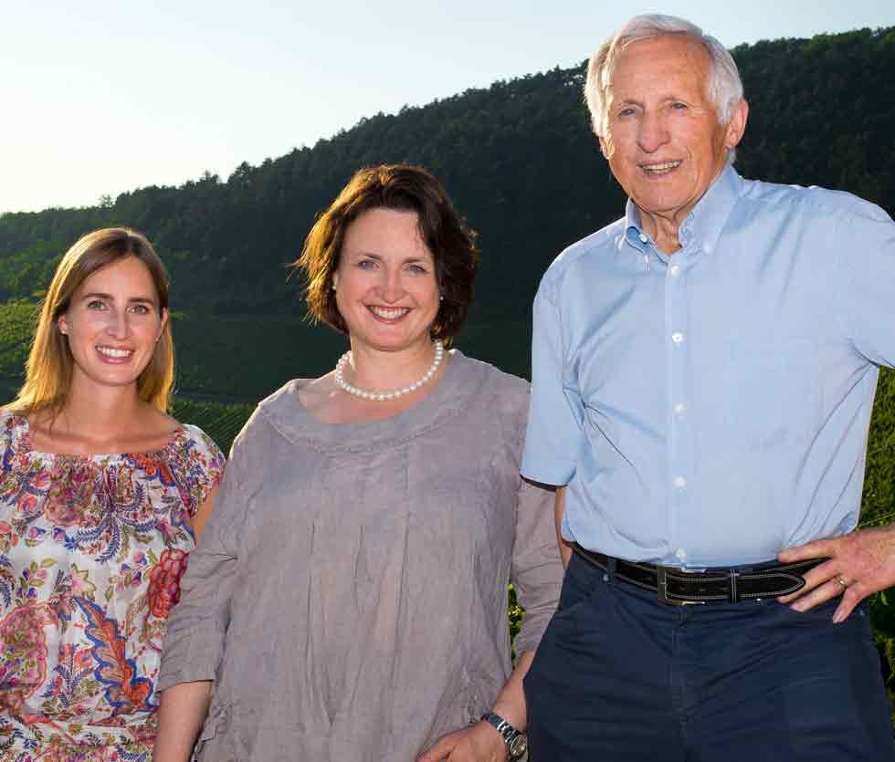Lena, Andrea und Dr. Heinrich Wirsching vor dem Julius-Echter-Berg in Iphofen.