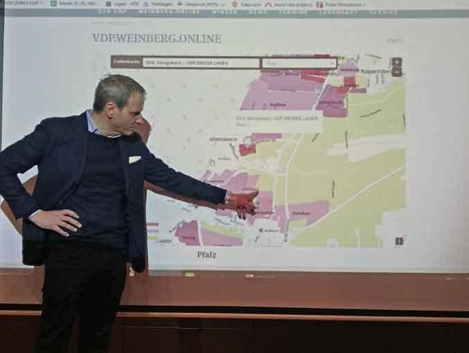 VDP-Präsident Steffen Christmann stellt die digitale Lagenkarten vor. - Bild: wein-abc