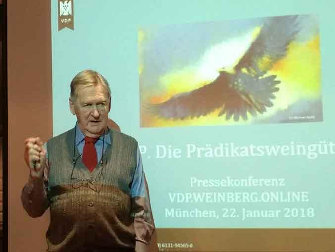 Hugh Johnson auf der Münchner VDP-Pressekonferenz - Bild: wein-abc