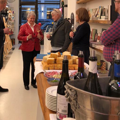 Bestseller-Autorin und Spitzensommeliere Paula Bosch stellt ihr neues Buch in der Münchner Weinhandlung Walter & Benjamin vor. Foto: ©Callwey Verlag.