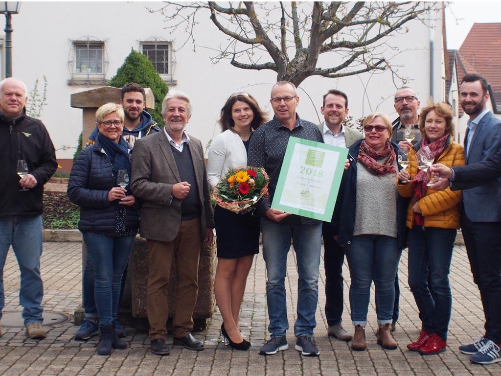 Urkundenübergabe an die Weinfestveranstalter in Pleisweiler-Oberhofen